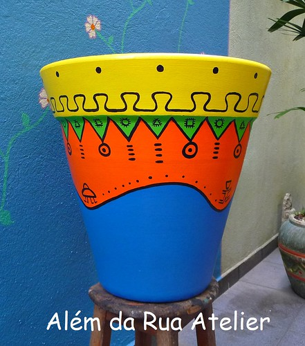 Vasos coloridos, com motivos tribais