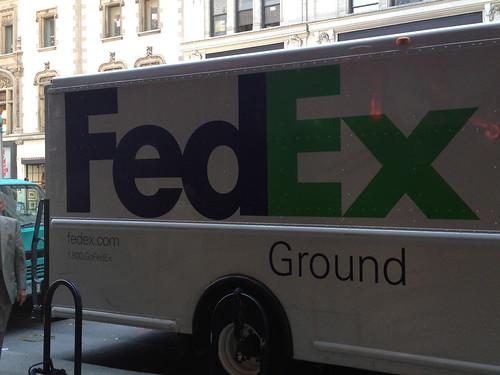 FedExのトラック。