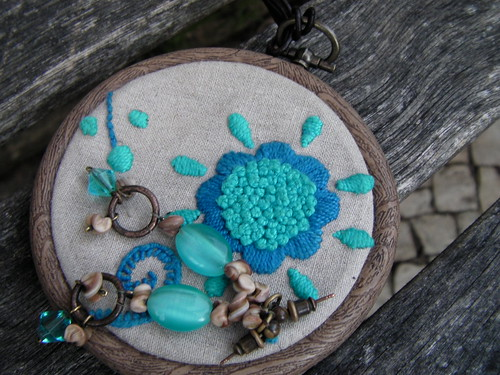 Colar pronto - embroidered pendant