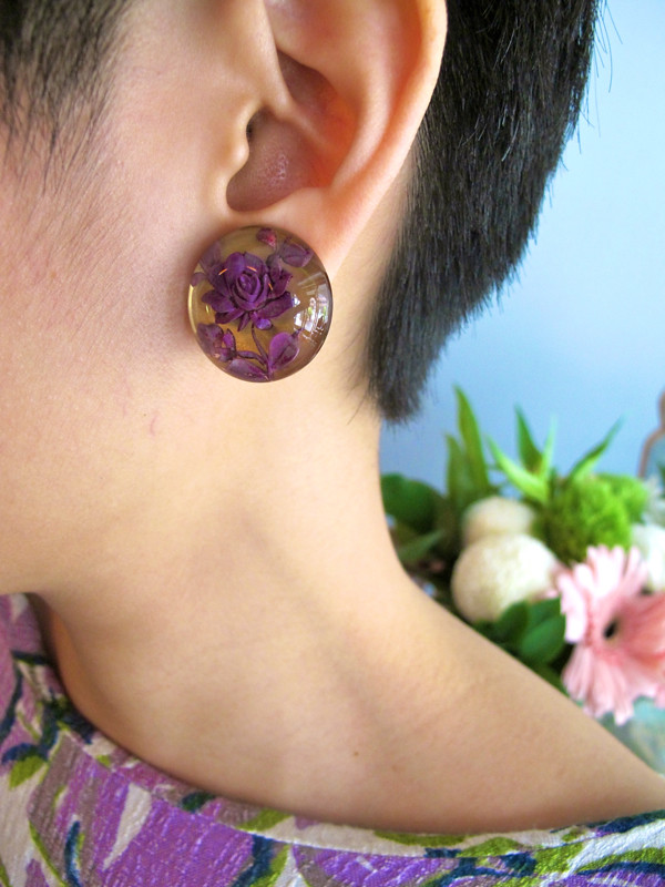 Dress up your ears with these beautiful 1940s clear lucite earrings embedded with flowers