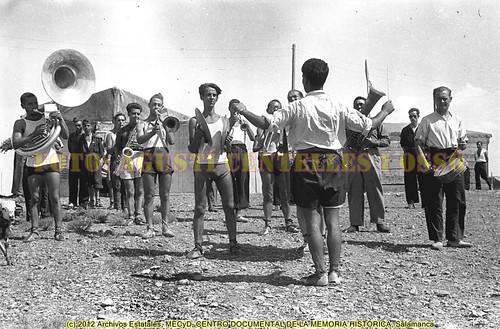 La banda de música del campo de aviación de Albalatillo, en el frente de Aragón, agosto de 1936. by Octavi Centelles
