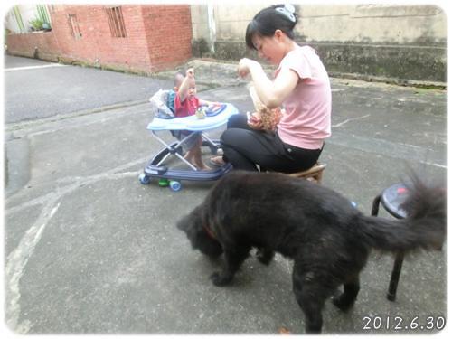 120630-二個人一條狗吃爆米花
