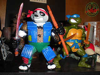TEENAGE MUTANT NINJA TURTLES :: PANDA KHAN / SCRAMBLED VARIANT xviii / ..with LEONARDO, WITH STORAGE SHELL (( 1990 ))
