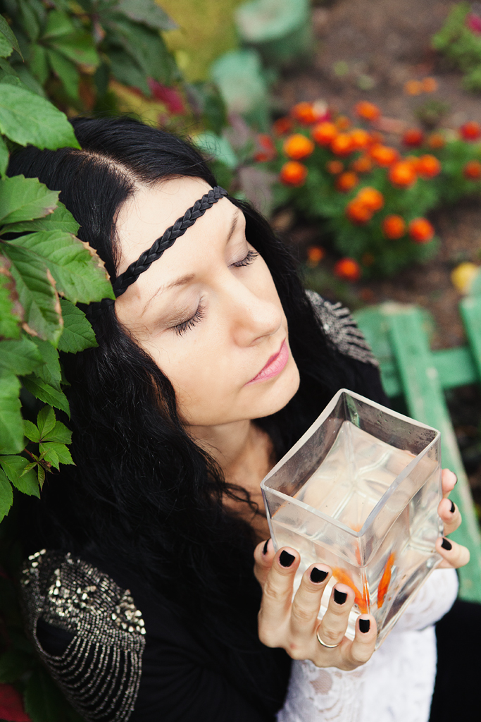 Осенняя фотосессия девушки с золотой рыбкой