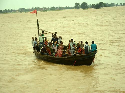 बिहार में बाढ़ से परेशान लोग