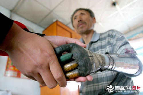 chinese_man_builds_himself_bionic_hands_from_scrap_metal_640_18