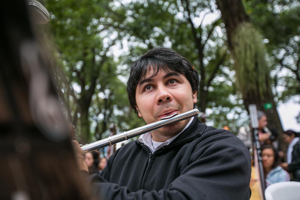 Un flautista ejecutaba el instrumento y acompañaba así a los 400 arpistas que se dieron cita homenajeando a Asunción el 15 de Julio en la Plaza Uruguaya. (Tetsu Espósito)
