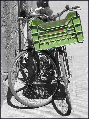fietsen tegen de muur by hans van egdom