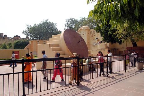 Hinter dem Gitter schauen sich indische Touristen indische Sehenwürdigkeiten an.