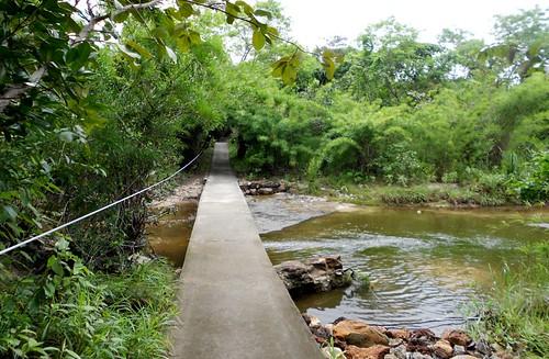 החבל עוזר לחצות את הגשר כשהמים בנחל עולים לגובה המותניים
