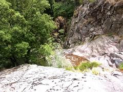 Remontée du haut-Velacu : au-dessus des dalles noires rejointes par la vire horizontale