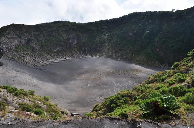 Llanura en el interior del Cráter Diego de la Haya Volcán Irazú, a vista de los dos grandes océanos - 7950382932 a0e10d2a66 z - Volcán Irazú, a vista de los dos grandes océanos