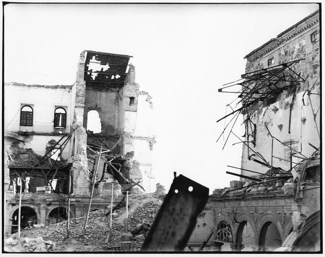 Efectos de la mina del 18 de septiembre sobre el flanco suroeste del Alcázar. Fotografía de un periodista alemán hacia el 1 de octubre de 1936. Cortesía de Víctor Girona