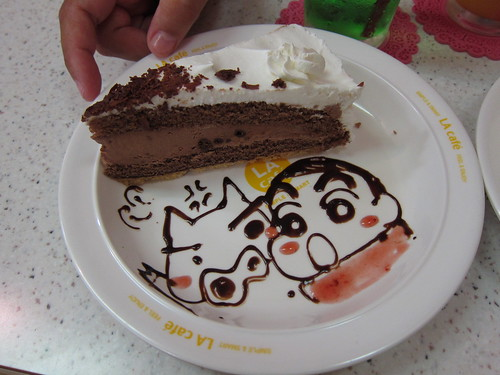 Picture of a cake with Shin-chan drawn in topping.