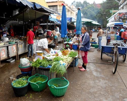 ירקות ברחוב שמקיף את השוק
