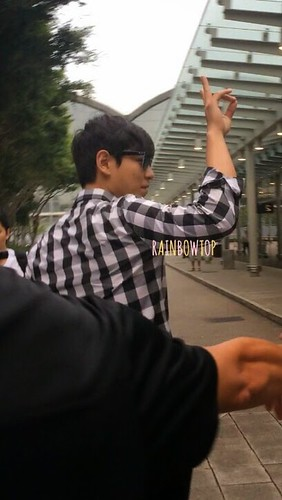 TOP-HongKongAirport-26sep2014-Fan-RainbowTOP-05