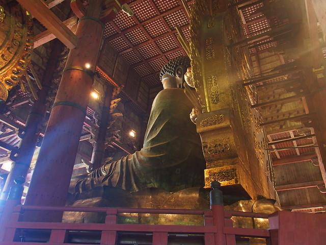 銅造盧舍那佛坐像的斜背面