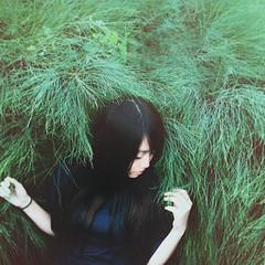 [フリー画像素材] 人物, 女性 - アジア, 人物 - 草原, 台湾人 ID:201208200800