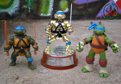 TEENAGE MUTANT NINJA TURTLES :: 5th ANNIVERSARY COLLECTOR TURTLE, #56,146 xvi / .. with Original '88 LEONARDO  & 2012 Nick Leonardo (( 1992 ))