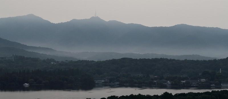 Brume sur les collines dominant le Lac de l'Ouest