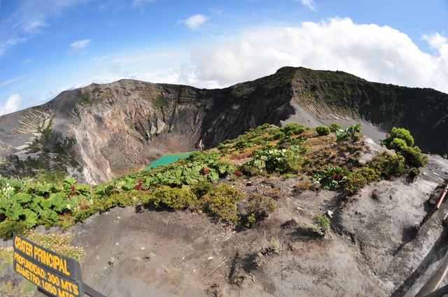 El Cráter principal y su laguna verde a la izquiera junto al Cráter Diego de la Haya y su llanura a la derecha Volcán Irazú, a vista de los dos grandes océanos - 7950412612 33323d85b4 z - Volcán Irazú, a vista de los dos grandes océanos