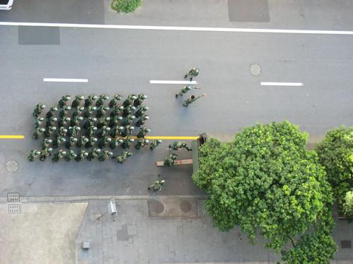 日本総領事館への反日デモ、武装警察撤収中
