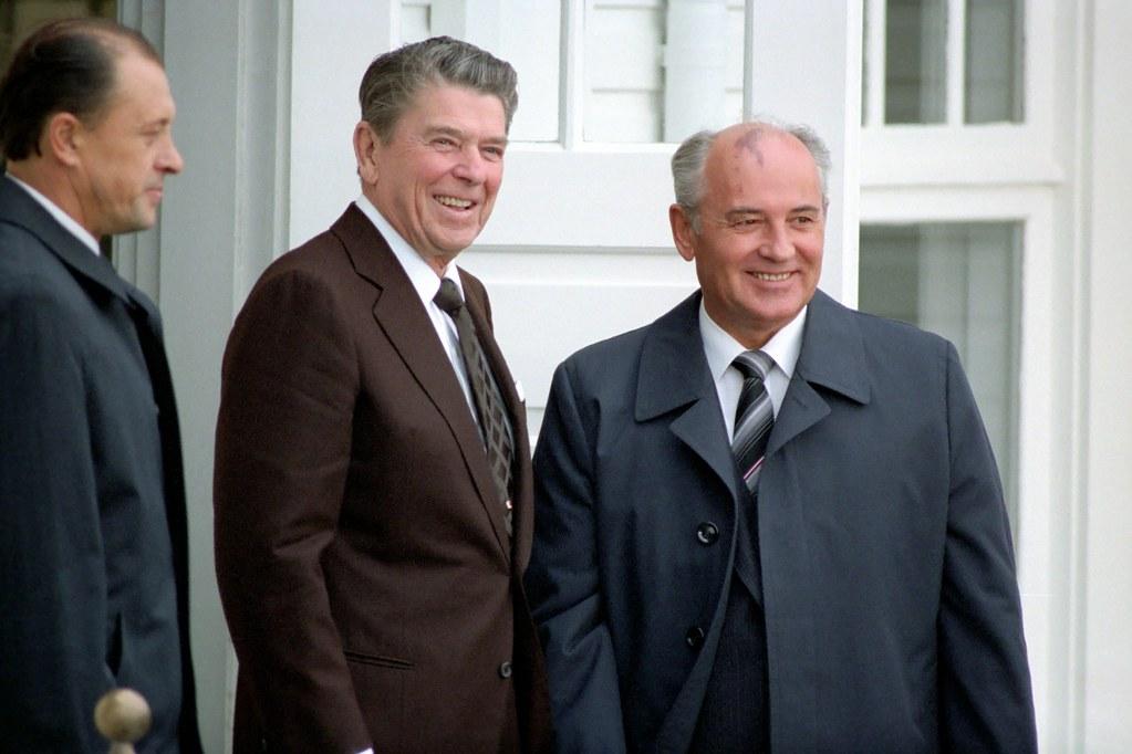 Reagan Gorbachev Arrive