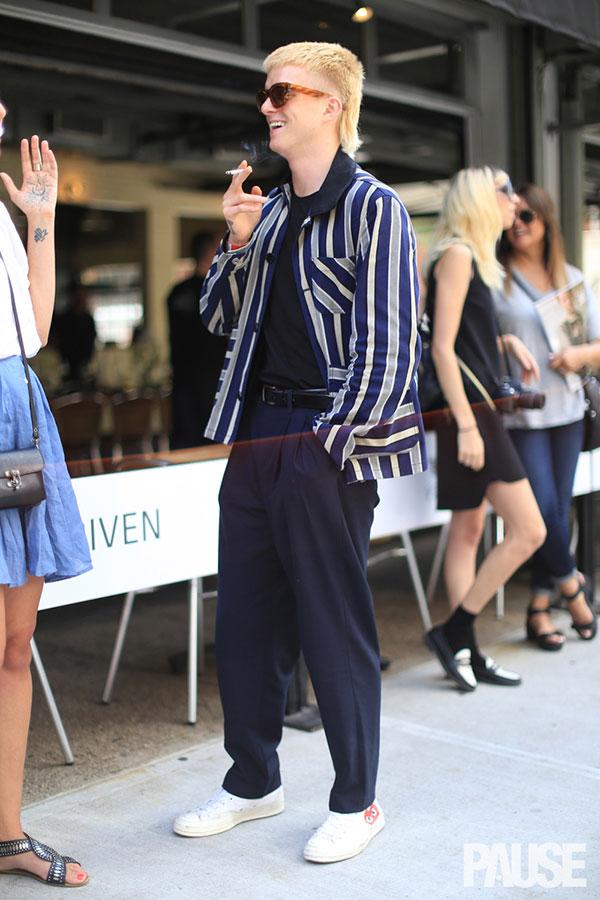紺白ストライプカバーオール×黒Tシャツ×紺テーパードパンツ×プレイコムデギャルソンの白スニーカー