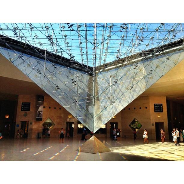 La pyramide invers e vu de l 39 int rieur du carrousel du for Interieur pyramide