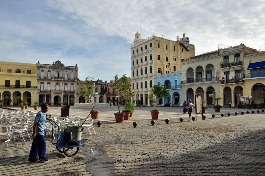 La Plaza Vieja de La Habana, tras la remodelación, es un lugar con buenísimos cafés y terrazas para disfrutar con música en vivo. [object object] - 7817197336 22caf34f15 o - La Habana vieja y un paseo por sus plazas