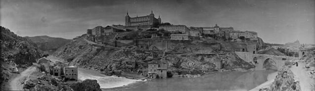 Panorámica de Toledo en 1921 desde el cerro del Castillo de San Servando. Fotografía de José Regueira. Filmoteca de Castilla y León. RESEP-189