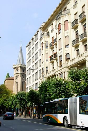 Vista de edificios en la avenida de San Ignacio, con la torre de la basílica del mismo nombre al fondo.