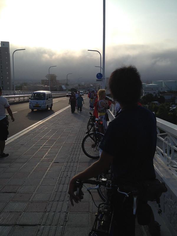 橋の上でバイカーを待機