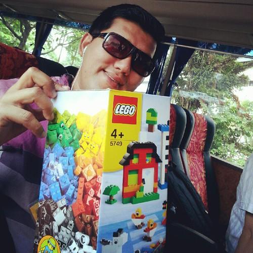 Belum sampai Legoland, Budiey dah dapat satu kotak permainan Lego. #TripBudieyLegoland