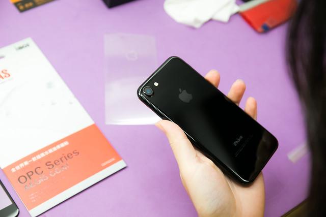 天啊 iPhone 7 曜石黑超不耐磨?!容易刮傷?!安心保護的機背保護貼 / 包膜施工分享 (大量圖片注意!) @3C 達人廖阿輝
