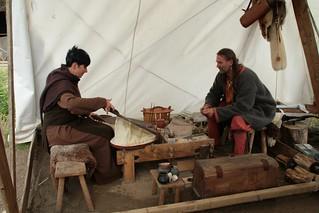 Rahseglertreffen Vorbereitungen - Wiebke Ledebrink von Sat.1 Regional beim Glasperlenmacher Sven Hopp in Haithabu - Museumsfreifläche Wikinger Museum Haithabu WHH 12-07-2012
