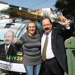 Levy Fidelix recebe os carros adesivados de sua campanha em seu comitê