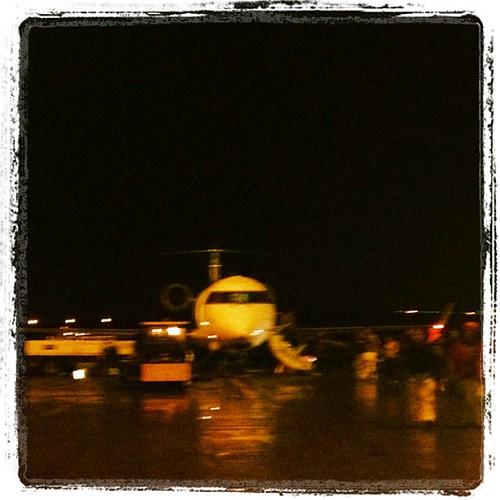 Recién aterrizados en Keflavik. Lluvia y noche cerrada.