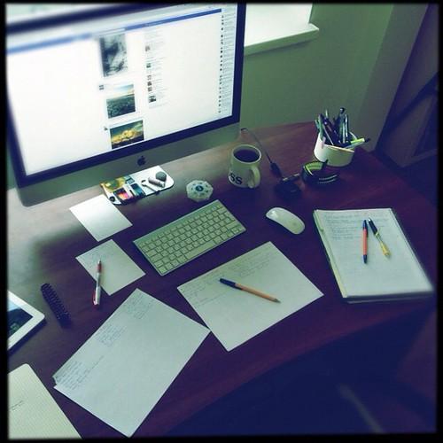 Сижу, пишу пост про предстоящую 100-дневку. #блог #стол #рукопись