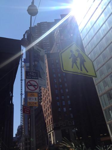 高層ビル&標識。人間のピクトグラムがちょっとユーモラス。