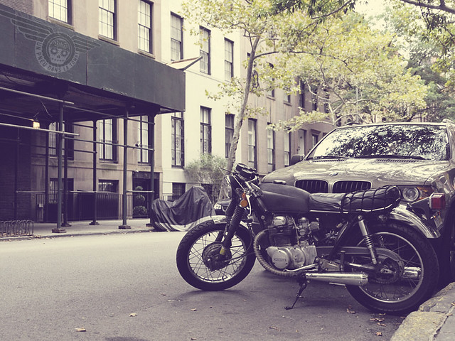Une petite Honda twin cafe-racer, immortalisée dans une rue de New York.