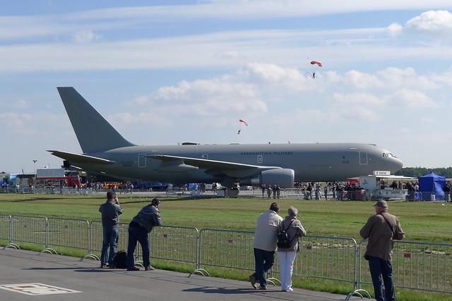 Fallschirmspringer über Tankflugzeug Boeing KC-767A