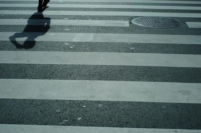 西日の横断歩道