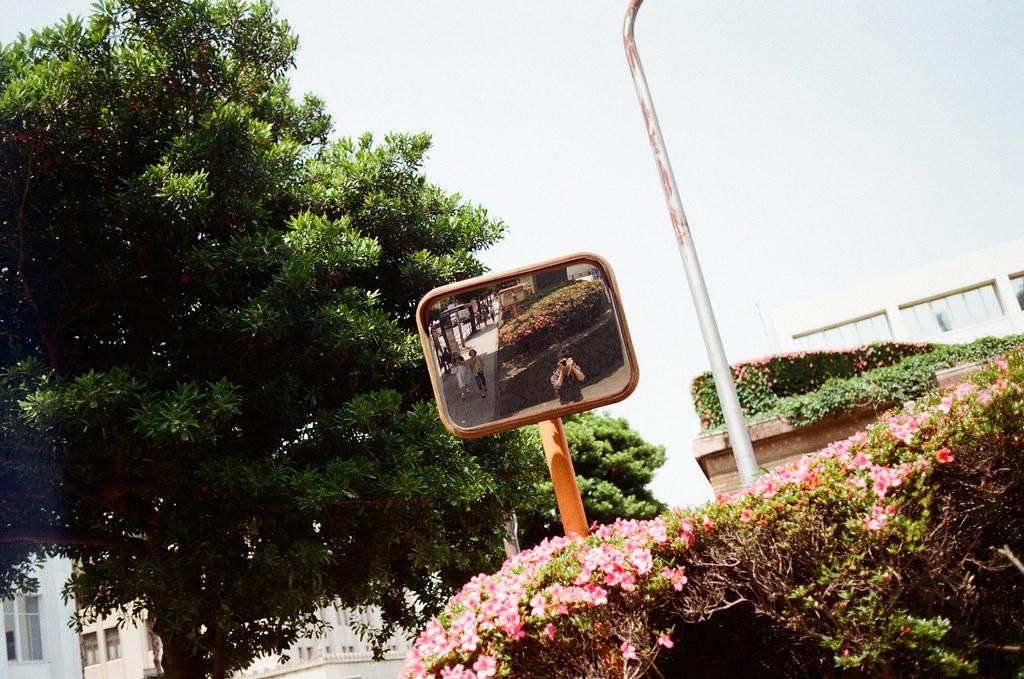 橫濱 Yokohama, Japan / Kodak ColorPlus / Nikon FM2 後來我也滿喜歡拍反射鏡的畫面,老實說,我記得有和妳拍過類似的合照。  另一方面,也是想為自己拍照。  應該要找個時間來整理一下拍過反射鏡裡的自己。  Nikon FM2 Nikon AI AF Nikkor 35mm F/2D Kodak ColorPlus ISO200 6412-0001 2016/05/21 Photo by Toomore