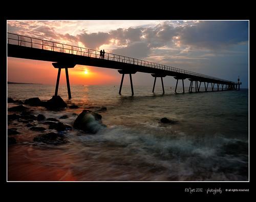 sol puente mar pareja amanecer enamorados badalona pontdelpetroli