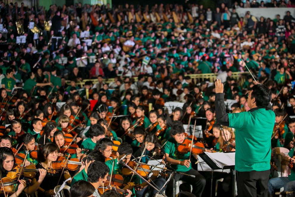 El maestro se presta a iniciar la dirección del siguiente tema del megaconcierto compuesto por más de 2700 músicos, niños y jóvenes que llegaron hasta Caacupé desde distintos puntos del país. (Tetsu Espósito)