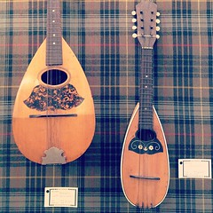 cuatro(0.0), ukulele(0.0), tanbur(0.0), acoustic guitar(0.0), guitar(0.0), oud(1.0), pattern(1.0), plucked string instruments(1.0), string instrument(1.0), folk instrument(1.0), vihuela(1.0), string instrument(1.0),