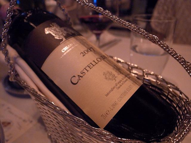 <p>h)赤ワインの登場です。<br /> やはり4人で2本空けちゃいますね!</p>