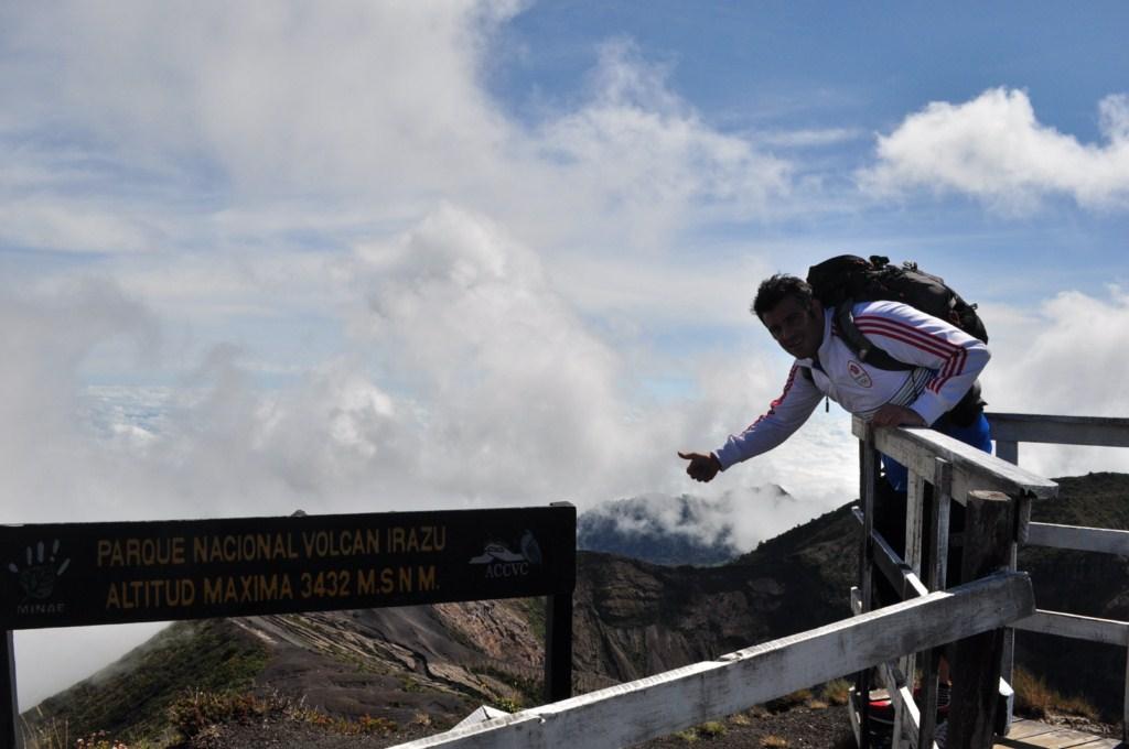El punto más alto de Costa Rica, a 3.432 Metros está aquí, en el volcán Irazú, ... donde por un instante fui la persona a más altura (en tierra firme) de todo el país. Volcán Irazú, a vista de los dos grandes océanos - 7950424978 40535a70ee o - Volcán Irazú, a vista de los dos grandes océanos
