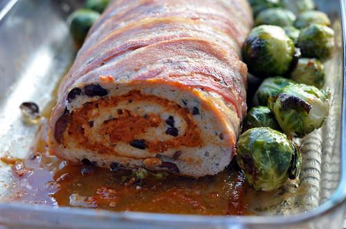 Rosenkål og kyllingefarsbrød med tomatpesto og oliven